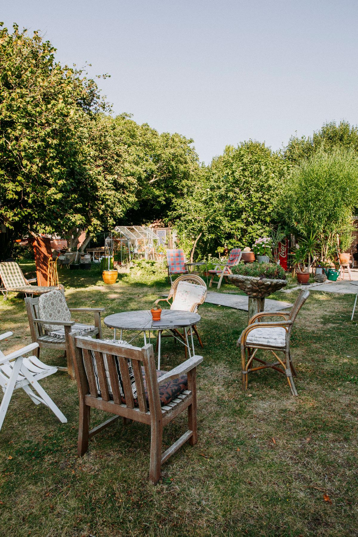 Haven til Louises Pensionat med forskellige stole placeret rundt omkring.