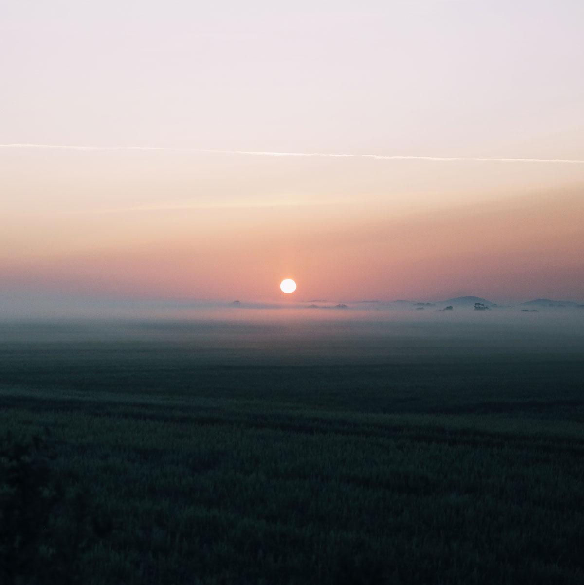 Solopgang i Lille Vildmose, som er indhyllet i tåge.